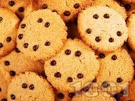Рецепта Домашни сладки бисквити с фъстъчено масло и парченца шоколад